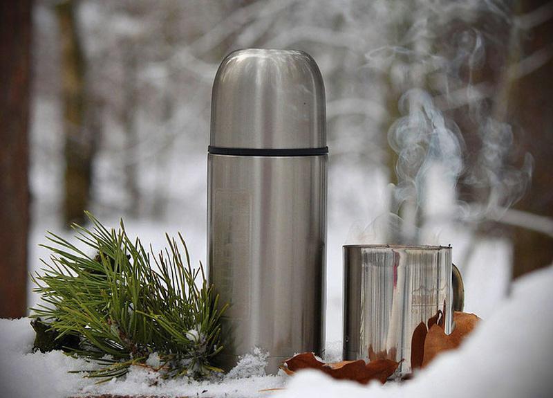 После того как вы оденетесь, для согрева организма выпейте горячего чая с имбирем или медом. Чтобы обеспечить себя напитком, не поленитесь заварить его дома и привезти с собой термосе.
