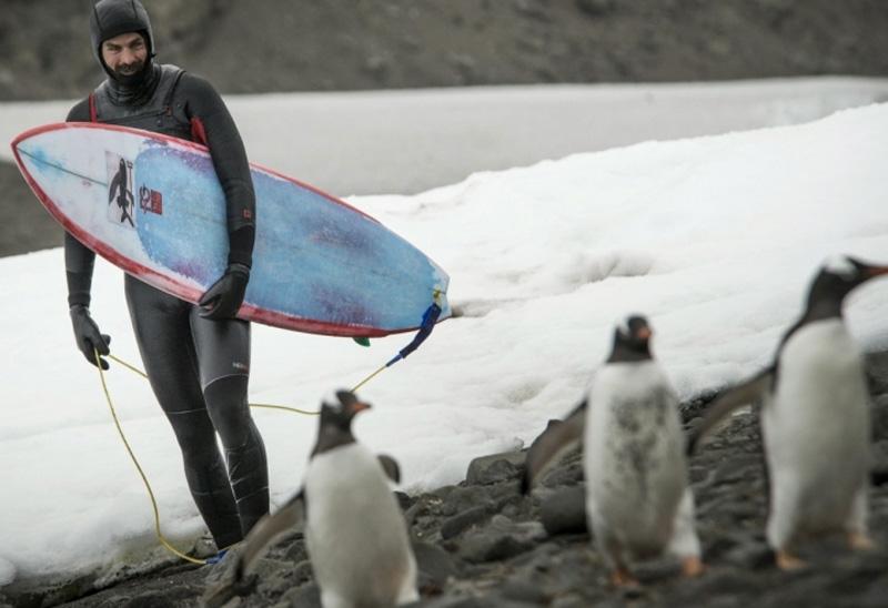 Рамон Наварро Чилийский серфингист Рамон Наварро решил посерфить там, где еще не ступала нога серфера. Покорять волны Рамон отправился в Антарктиду. Суровые климатические условия спортсмену с лихвой компенсировало отсутствие толпы серферов в воде независимо от времени суток.