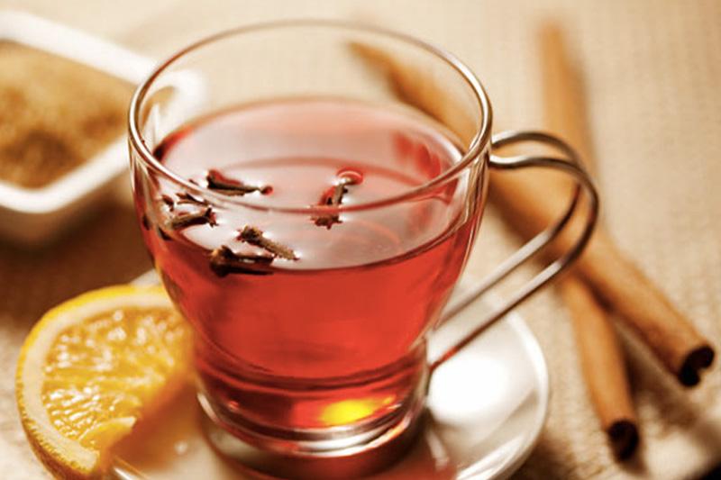 Напитки Более выраженными согревающими свойствами обладает черный чай. Входящие в его состав вещества повышают температуру тела. Помимо него обогреву организма способствуют также травяные чаи, не имеющие в своем составе мяты. Дополнительным источником тепла могут стать добавленные в чай корица, гвоздика, имбирь или кардамон.