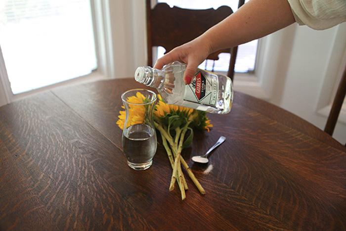 Продление жизни цветам Рано или поздно срезанные цветы начинают вянуть. Если в воду добавить водки, цветы простоят в вазе дольше. Оптимальная пропорция — столовая ложка на обычную вазу.