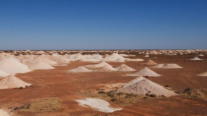 Район Кубер-Педи не только одно из самых пустынных, но одно из самых засушливых мест в Австралии. Здесь практически отсутствует растительность, в год выпадает не больше 150 мм осадков, а в летний сезон столбик термометра нередко поднимается выше отметки в 40 °C. При этом перепады дневной и ночной температуры очень сильные, и к ночи температура может снизиться до 20 °C.
