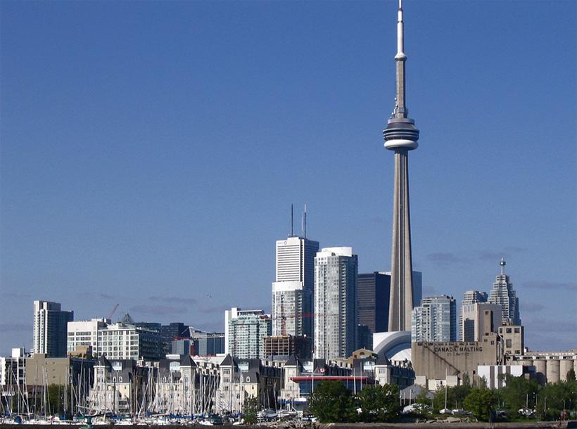 CN Tower Экскурсантов крепят надежными ремнями и дают постоять на самом краю обрыва, не огражденного никакими заборами. Страшно ли это? Еще бы!