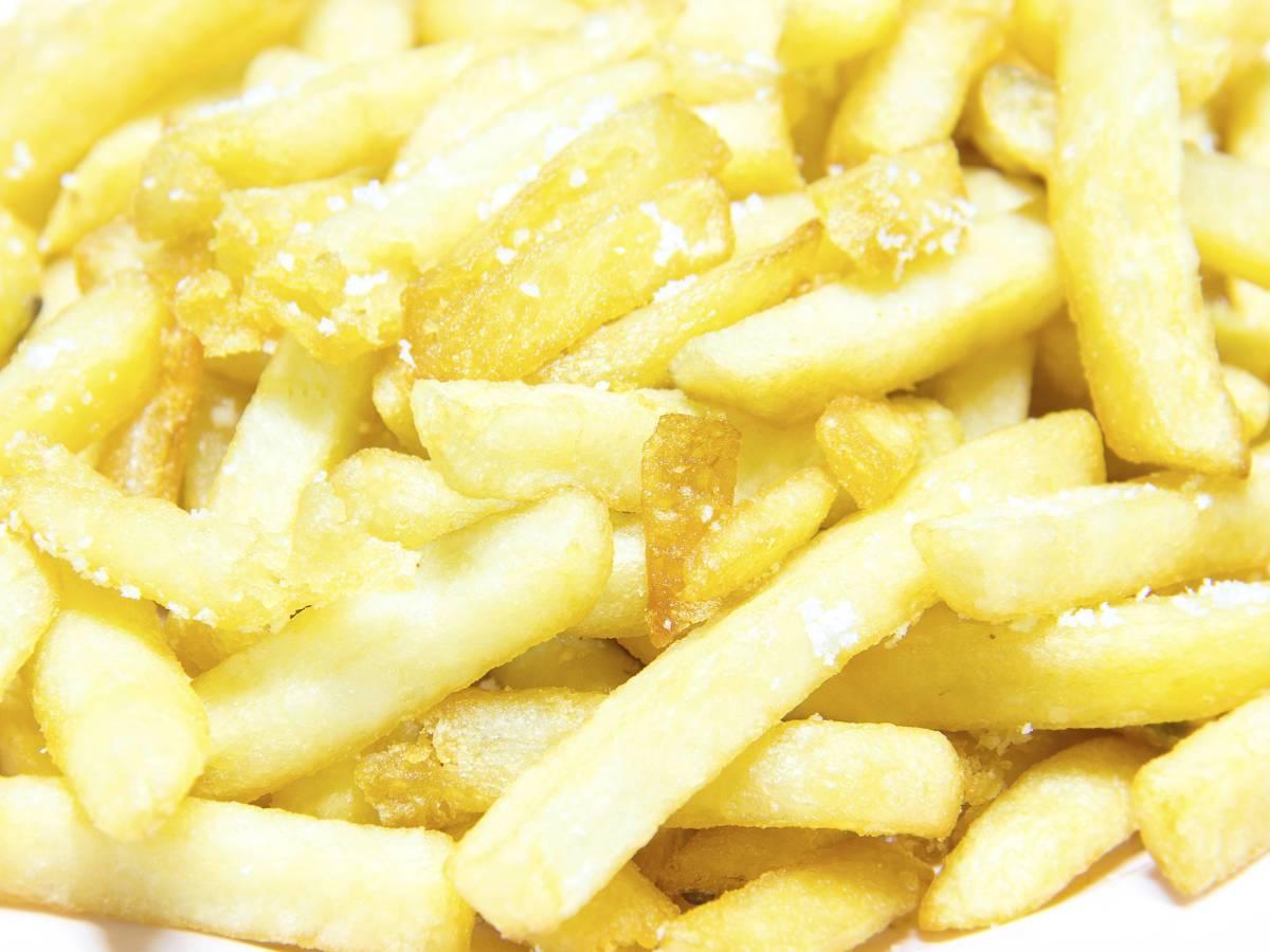 Потребление Большая часть соли поступает в организм в скрытом виде, растворенная в картофельных чипсах, снеках и других продуктах. Большинство продуктов содержат достаточное количество соли на момент продажи, поэтому при подсчете потребления стоит учитывать состав продуктов из магазина. Соль есть даже в сладких напитках, поэтому тут стоит быть начеку.