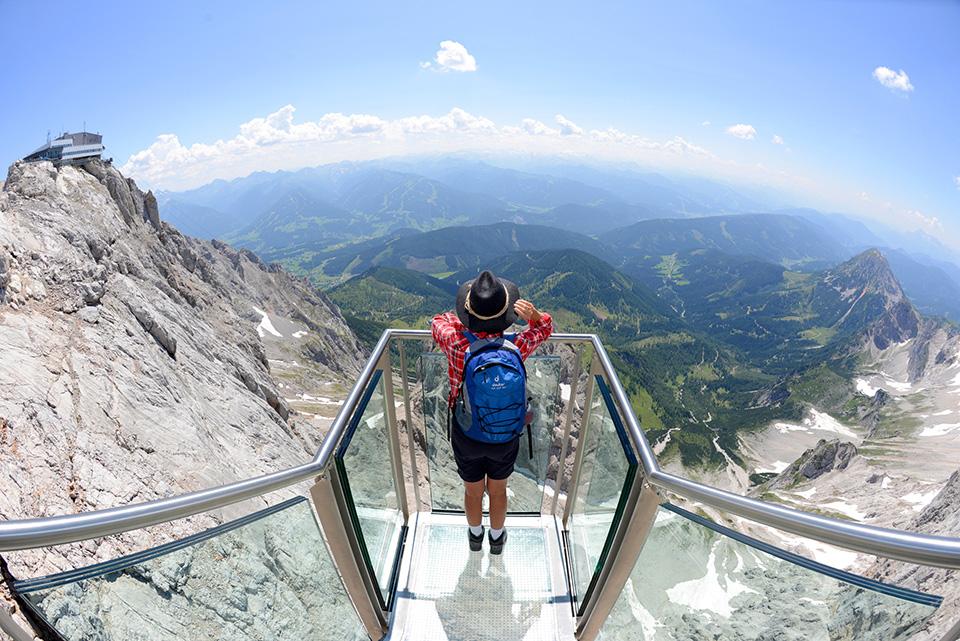 Дахштайн Последней в списке мы решили поставить альпийский Дахштайн. Смотровая площадка предлагает посетителям вид на самый захватывающий и необычный ледник в мире, так называемый «Ледяной дворец». Эта платформа, безусловно, одно из самых красивых и запоминающихся мест мира и не посетить ее — большое упущение.