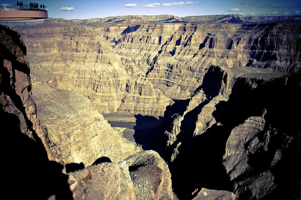 Гранд-Каньон Большая полукруглая платформа также имеет стеклянное дно, что на высоте нескольких километров даже не пугает, напоминая качественный снимок спутниковой карты.