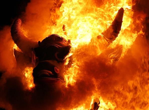 Кремация+ На острове Бали кремация считается единственно доступным способом переместиться духу в лучший мир. Обычных людей просто сжигают, а вот правителей по ту сторону без свиты не отпускают. В качестве таковой выступают огромные деревянные фигуры животных, искусно вырезанные из драгоценных пород дерева. В 2008 году состоялись похороны главы королевства, Agung Suyasa. Гигантский саркофаг, выполненный в форме быка, стоил всей стране больше миллиона долларов.