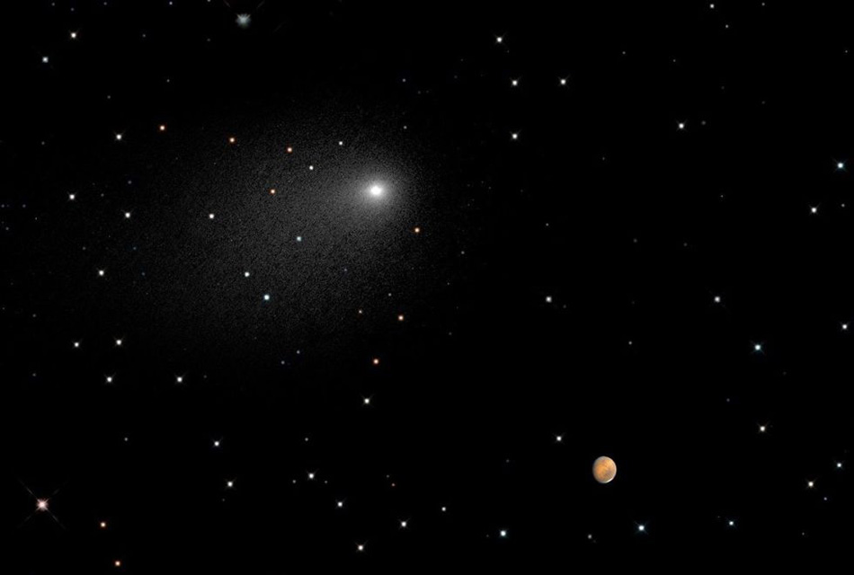 Комета Сайдинг-Спринг пролетает в 87 000 километрах от Марса. На фото виден лишь ее хвост из пыли.