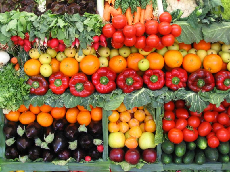 Калорийность Питательность еды, которую вы будете выращивать – один из важнейших показателей. Лиственные овощи и травы самые выносливые и зимостойкие, из того, что вы можете вырастить в своем саду. Но нам нужно сосредоточить свое внимание на таких высококалорийных продуктах, как корнеплоды и растения семейства гороховых. Репа, морковь и свекла не дадут вам сгинуть от голода.