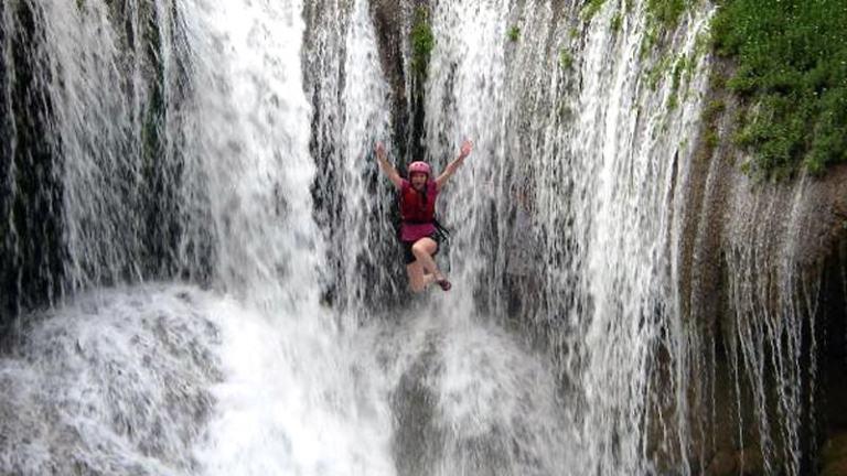 Мексика, Мико-ривер Серия из семи водопадов, подряд расположенных на километровом участке реки. Начните с первого, повторите еще пять раз, и приготовьтесь к будоражащему кровь прыжку с последнего 15-метрового водопада, после которого вы почувствуете себя героем боевика. По данным туристических компаний г. Веракруса, с этих водопадов ежегодно прыгает около 5000 туристов.