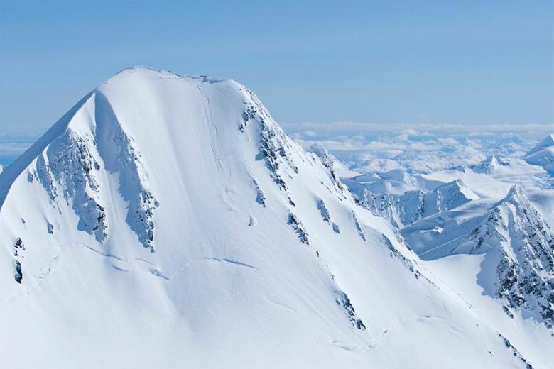 Чугачские горы, Аляска Подумать только, еще каких-то три века назад, мы могли бы попасть в этот заповедник даже без визы. Впрочем, и сейчас вопрос путешествия упирается только в деньги. Бескрайние снежные склоны Чугачского заповедника располагают только к одному виду отдыха: фрирайду. Большой парк веротолетов дает возможность спортсмену добраться до самых отдаленных участков заповедника.