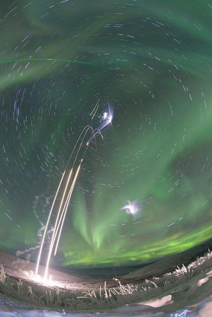 Взлет четырех исследовательских ракет на Аляске.