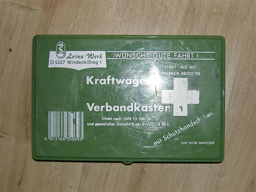 Упаковка Для хранения своих медицинских припасов используйте жестяную коробочку небольших размеров. Большой контейнер может оказаться неудобным для ношения с собой, и когда-нибудь, когда аптечка действительно может пригодиться, вы как раз оставите ее дома.
