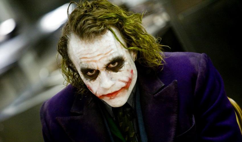 Хит Леджер В роль заклятого врага Бэтмена — злодея Джокера — актер Хит Леджер вживался, запершись в номере одного из отелей Лондона. Поскольку Нолан предоставил актеру карт-бланш и образ можно было создать полностью с нуля, все свое время в четырех стенах Хит посвятил изучению комиксов, взятым за основу сценария к фильму, и созданию дневника, состоящего из фото, рисунков и заметок, так или иначе связанных с характерным чертами его героя. Погружение в образ безбашенного злодея-психопата привело к тому, что к началу съемок Хит мог спать в среднем около 2-х часов в сутки. К моменту, когда актер взялся за следующую роль в киноленте «Воображариум доктора Парнаса», актер страдал хронической бессонницей, пневмонией и истощением. Роль в «Темном рыцаре» принесла актеру посмертный Оскар за лучшую мужскую роль второго плана.