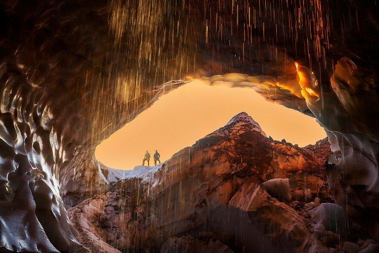 У входа Члены экспедиции Каскадия —Бретт Галлахер и Тайлер Дебудт — сфотографировались у входа в Снежного дракона за несколько минут до заката в июле 2013 года. По словам Макгрегора, он не удивился бы, если пещера к 2016 году будет полностью разрушена: отверстия, так называемые «мансардные окна»,в стенах пещеры создают сквозняк, подтачивающий подземный ход.