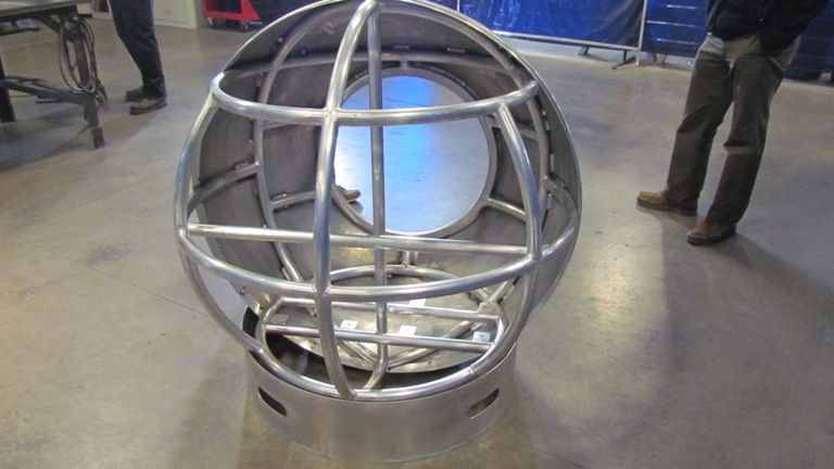 Конструкция Капсула герметично закупоривается при помощи люка, а кислород в нее поступает через иллюминаторы а-ля подводная лодка. Каркас конструкции выполнен из армированного пластика, по прочности обгоняющего сталь. А оранжевые щиты, покрывающие сферу, легко заметны для спасателей.