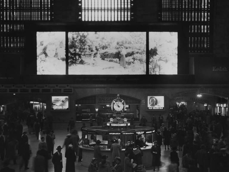 Speedy Weeny<br /> В октябре 1945 года компания Raytheon, на которую работал Спенсер, подала патентную заявку на микроволновые печи. Для тестирования нового устройства, его поместили в ресторан Бостон. Когда же Спиди Вини установили в Большом центральном вокзале, общественность была взбудоражена его «магической» силой.