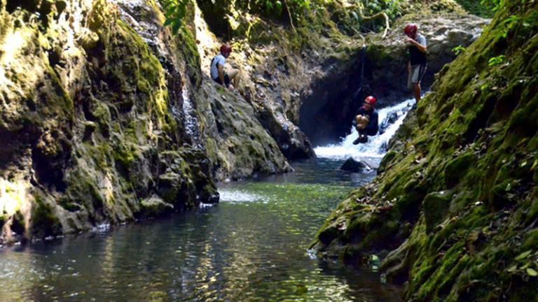 Коста-Рика, водопад Гравити Фолз Несомненно, стоит провести денек у подножия вулкана Ареналь, пробираясь к нему через джунгли, чтобы выйдя из последних зарослей узреть сплошной ряд гранитный скал и водопадов. Ну, и, конечно же, попрыгать с них в речку, несущую свои воды по дну каньона.