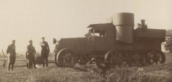 Бронированый вездеход «Остин» 1916 год Семь лет спустя тот же Кегресс продемонстрировал руководству Советской армии усовершенствованную конструкцию. На этот раз за основу вездехода был принят бронеавтомобиль «Остин», способный передвигаться по привычной российской грязи с впечатляющей скоростью в 25 км/ч.