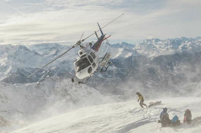 Шале Пелерин, Альпы Шале Пелерин, расположенное во Французских Альпах, было разработанно специально для лыжников и сноубордистов высокого уровня. Вокруг раскинулись еще три французских курорта. Гости Шале должны совершить небольшую прогулку — от коттеджа до итальянской границы, поскольку на территории Франции хели-ски запрещен в принципе.
