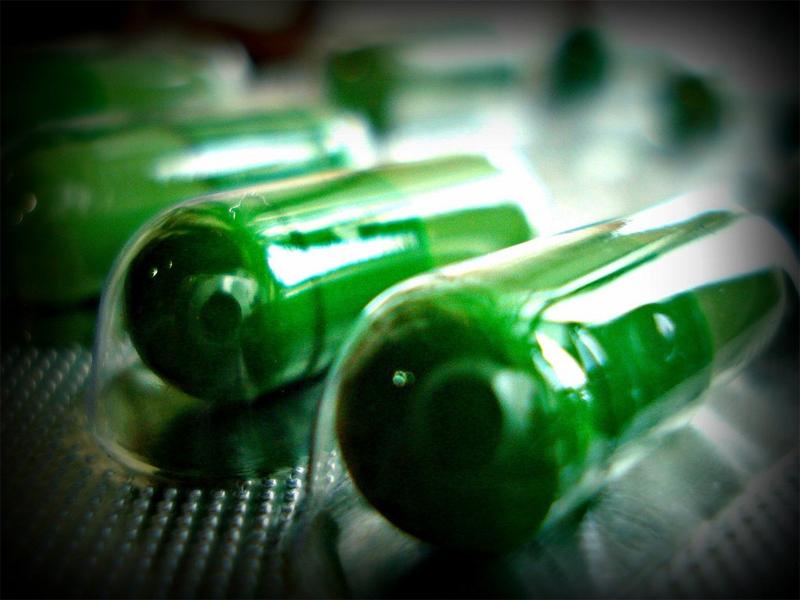 Антибиотики При общих инфекциях. Тетрациклин можно применять даже людям, сверхчувствительным к пенициллину. Дозировка: по одной таблетке 250 мг 4 раза в день, в течение 5-7 дней. Желательно иметь с собой запас как раз дней на семь.