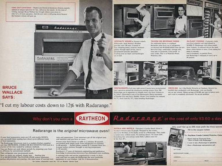 Radarange<br /> Первой выпущенной Raytheon`ом для коммерческой торговли микроволновкой стала СВЧ-печь Radarange. Поступив на рынок электронной техники, сей агрегат высотой около 2 метров и весом 300 с лишним килограмм стоил 5000 долларов и потреблял электроэнергию в немереных количествах. Естественно, популярностью среди рядовых американцев он не пользовался. Однако вскоре появился новыйболее удобный и эргономичныйпрототип.