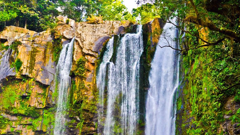 Коста-Рика, водопады Найяка Перед путешественниками, решившими посетить Найяки, предстанут три низвергающихся со склонов гор потока, высотой от 20 до 45 метров, направляющие свои воды в глубокий естественный бассейн. Прыгуны, забираясь на уступы при помощи тросов, сами решают, на какой по высоте прыжок им хватит смелости.