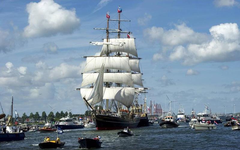 Прямой парус Запрячь ветер в широкое трапециевидное или прямоугольное полотно – первое, что пришло бы в голову каждому, пожелавшему выйти в открытое море. Паруса такой формы можно встретить еще у финикийцев, считающихся первыми торговыми мореплавателями, викингов и римлян. Достигаемая за счет прямых парусов скорость была достаточно высока, но только в том случае, если ветер будет попутным. Развитие судостроения привело к росту судов и к смешению различных типов парусов. Прямые паруса можно было встретить, к примеру, в оснащении галеры мальтийского флота XV века.
