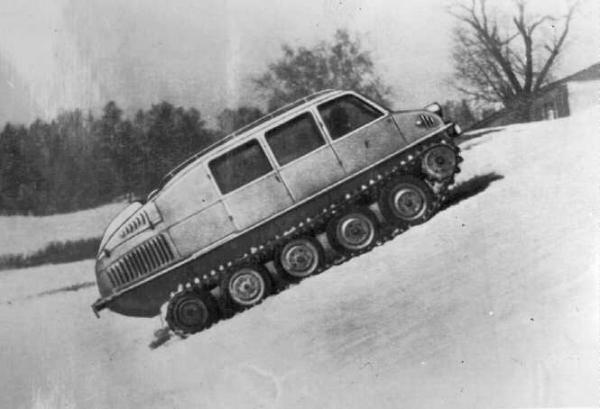 Модель ГПИ-С-20 1947 год В 1947 году было создано множество проектов боевых и гражданских гусеничных машин. Страна нуждалась в подобной технике, поскольку на смену Второй мировой войне уже катилась война Холодная. Модель ГПИ-С-20 могла успешно преодолевать рвы глубиной до полутора метров и развивала скорость в 50 км/ч. Плавать машина еще не умела.