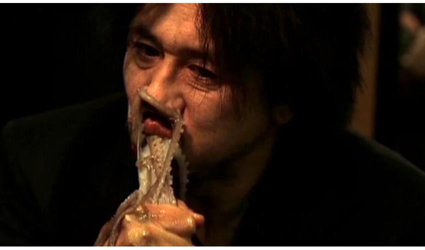 Мин-сик Цой Мин-сик Цою хотел, чтобы образ бизнесмена по имени О Дэ Су в картине «Олдбой» получился предельно реалистичным. Ради этого он отказался от спецэффектов в сценах с нанесением татуировок, отсчитывающих годы за решеткой, раскаленным стержнем, а в сцене с поеданием осьминога он действительно ел живого осьминога. При этом актер исповедует буддизм и каждый дубль был для него настоящей пыткой. Прежде чем съесть головоногого моллюска он произносил молитву с извинениями, что забирает чужую жизнь.