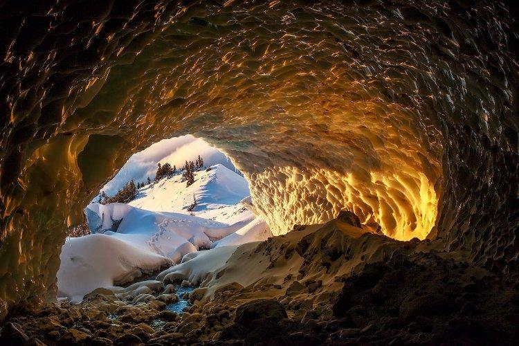 Пещера Чистая выдумка На данном фото запечатлена пещера Чистая выдумка, еще одна из тех трех пещер, что обнаружил Макгрегор в экспедиции 2011 года. Истончение ледника облегчило доступ в пещеры, но исследователям все время приходится быть настороже, так как Сэнди постоянно движется.