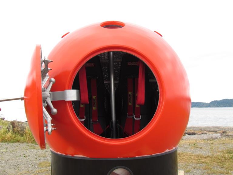Связь с внешним миром Размеры капсулы позволяют взять запас провизии, которого хватит для 5-7-дневного плавания, но выжившим не предлагается просто сидеть и ждать, пока их спасут. Все цунами-капсулы оснащены GPS, сигнальными маяками и тросами с крюками, чтобы облегчить к ним доступ спасательных команд.