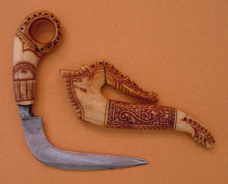 Керамбит Этот специфически искривленный клинок начинает свою историю на острове Ява в племени Сунда. После смерти короля Пак Макана, члены его племени уверили в то, что его душа переселилась в тигра, и начали использовать оружие, повторяющее форму когтей этого зверя. Керамбит имеет заточку с внутренней стороны и держится обратным хватом, для лучшего контроля, указательный палец просовывается в кольцо. Наружную часть лезвия индонезийцыимели привычку покрывать смертоносным ядом.