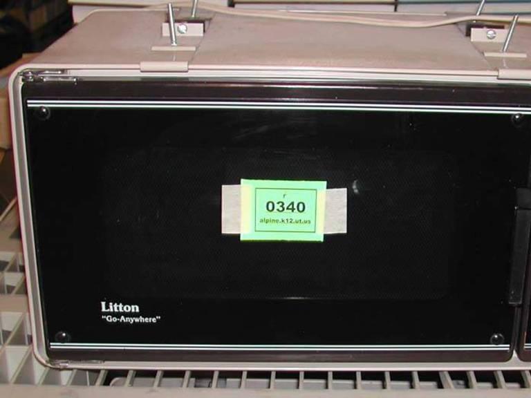 The Litton Microwave<br /> В 60-х годах прошлого века американская компания Litton разработала компактную и энергосберегающую модель, на основе которой и производят современные микроволновые печи. Новое устройство вытеснило с рынка своего неуклюжего предшественника, и к 1975 году Литтоном было продано свыше одного миллионаэкземпляров.