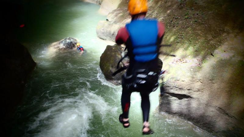Доминиканская республика, 27 водопадов Дамахагуа Водопады на Дамахагуа очень популярны. Еще бы, туристам на выбор предлагается совершить десять разнообразных прыжков, от одного метра до 7,5. Плюс, есть пара по-настоящему красочных речных пейзажей.