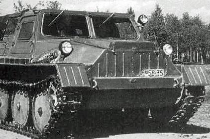 МодельГТ-С 1950 год Вездеход ГАЗ-47, также проходивший под аббревиатурой ГТ-С, был известен в рядах советских солдат как «Степанида». Конструкция машины была очень успешной: вездеход умел пробираться по самому рыхлому снегу, не проваливаясь. Особой популярностью он пользовался в среде научных сотрудников и геологов и был, по большей части, сугубо гражданской машиной.