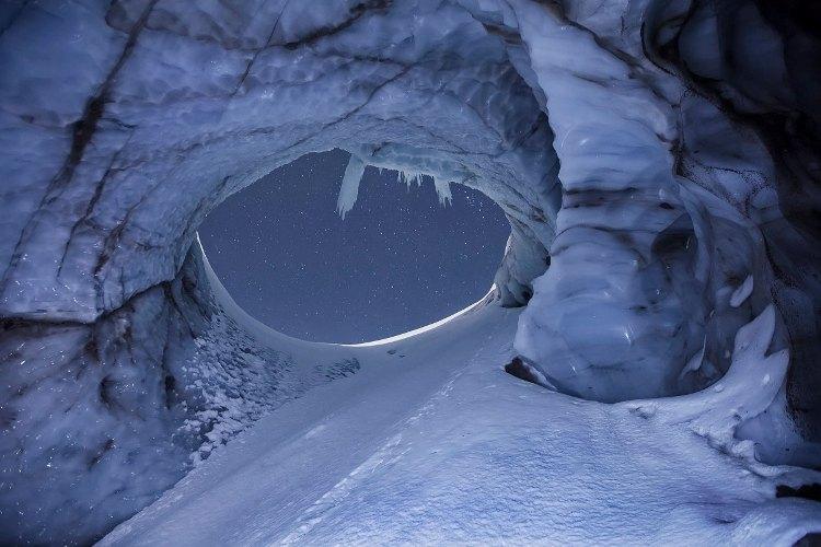 Верхний вход в пещеру Верхний вход в Выдумку представляет собой вертикальное отверстие, названное Макгрегором и Картайей «Цербер». Этот проход не выглядит достаточно большим на фотографии, сделанной в ноябре 2013 года, но на самом деле его диаметр около 24 метров. Все выглядит довольно безмятежно на первый взгляд, если не знать, что внутри очень шумно, из-за текущей сквозь пещеру воды.