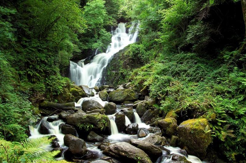 Ирландия, водопад Раппел Время надеть прочный гидрокостюм и поспешить к горному ущелью Торк, где водопад Раппел льет свои воды в бассейн Голлума. Три каскада, каждый высотой примерно 2 метра, дружелюбны к новичкам, но требуют внимательности и осторожности.