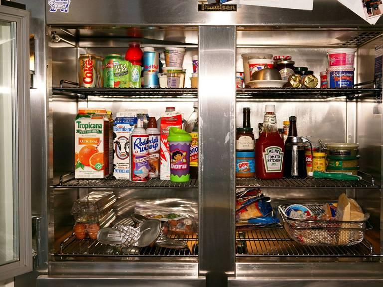 СВЧ-печь и холодильник<br /> Микроволновая печь никогда бы, наверно, не стала такой популярной без изобретения холодильника. В то время как холодильник позволял сохранять продукты замороженными, микроволновка легко и непринужденно их разогревала до нужной температуры. Оба устройства, работая сообща, разнообразили рацион среднего класса.