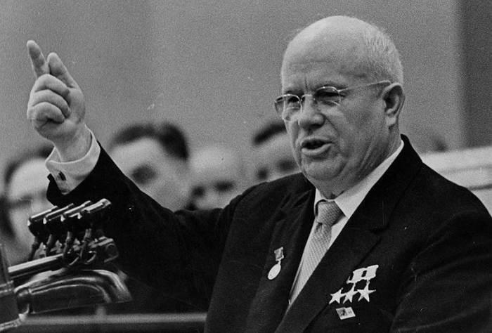 Похороны ядерного самолета Но в 1960 году Хрущев на совещании по перспективам развития стратегических систем оружия принял решение, за которое его до сих пор называют могильщиком авиации. После разобщенных и нерешительных докладов авиаконструкторов, им было предложено взять на себя часть заказов по ракетным темам. Все разработки самолетов на атомном двигателе были заморожены. По счастью или к сожалению, узнать каким был бы наш мир, если бы авиаконструкторы прошлого все-таки завершили свои начинания, теперь уже не представляется возможным.