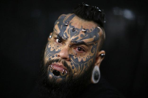 Эмилио Гонзалез, проверяющий все новые способы татуировки и боди-модификации на себе.