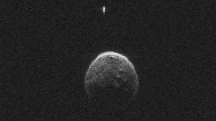 Астероид 2004 BL86 и его крошечный спутник. Открытие было сделано при помощи радиолокации, так как разглядеть небольшой по космическим меркам 230-метровый спутник в телескоп не представляется возможным.