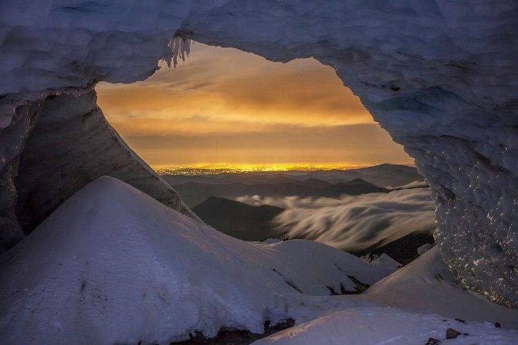 Панорама изнутри Фотография сделана около часа ночи в ноябре 2013 года. Видный на горизонте город Портленд освещен электрическим заревом. Конус у левого края входа в пещеру был создан снегом, упавшим через верхнее отверстие в пещере. В центре экспозиции —снегоступы Макгрегора.
