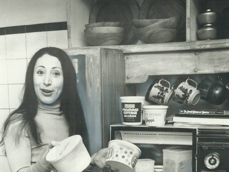 Полуфабрикаты Также изобретение микроволновки дало новый толчок пищевой промышленности. Так называемые полуфабрикаты избавили европейских и американских холостяков от ежедневных трат на обеды в ресторане или утомительную готовку. Только в 1953-ем (год их изобретения) блюд для микроволновой печи было продано свыше 10 миллионов.