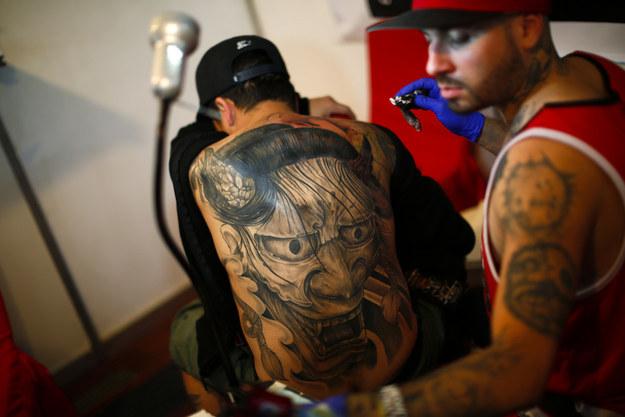 На конвенцию приехали знаменитые мастера: многие люди стараются получить от них новую татуировку.