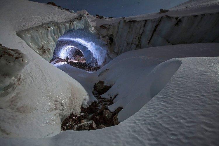 Нижний проход Нижний вход в Чистую выдумку, снятый снаружи пещеры в ноябре 2013 года. Это фото показывает, где начинается подземный ход, в левом верхнем углу виднеется край ледника.