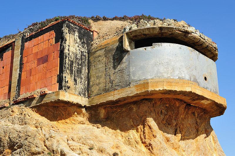 Форт Орд Калифорния, США Заброшенный бункер Форт Орд использовался в качестве тренировочной базы спезназа США. Уже несколько десятков лет он остается прибежищем подростковых банд, которые устраивают здесь собственные тренировки.