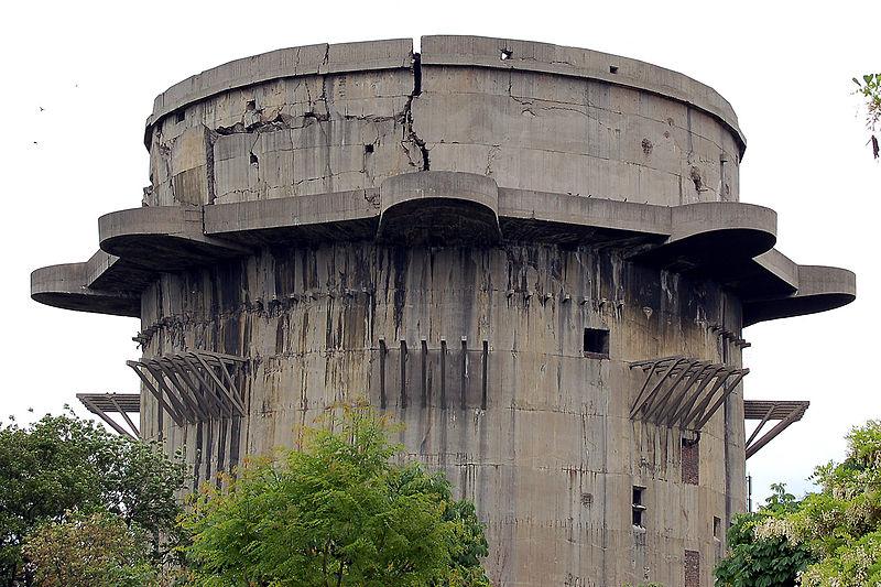 Зенитные башни люфтваффе Берлин, Вена, Гамбург Сеть противовоздушных башен люфтваффе была настолько прочной, что ее практически не смогли повредить бесчисленные авиаудары союзных войск. Пушки отсюда, само собой, давно демонтировали, но сами башни высятся мрачными памятниками многим погибшим здесь летчикам.