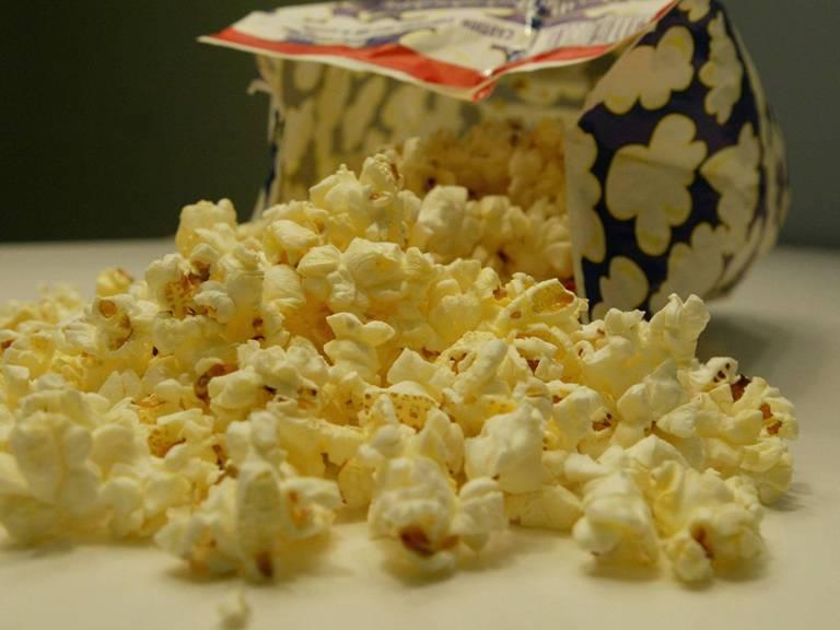 Попкорн Микроволновая печь также изменила способ приготовления попкорна. Раньше разогревать его приходилось на плите или в специальной машине для попкорна. На сегодняшний день большая часть расфасованного в магазинах попкорна рассчитана на приготовление именно в СВЧ-печах.