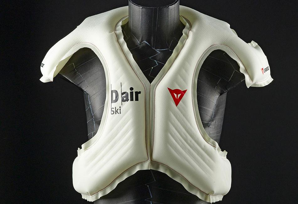 Система D-Air Ski закрывает туловище и плечи гонщика и использует набор датчиков для мониторинга скорости и положения тела в пространстве. Жилет полностью наполняется за 100 миллисекунд в случае аварии.