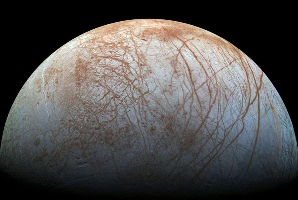 Europa. Ледяной спутник Юпитера был замечен еще в 1990 году, сейчас же внимание к нему ученых обусловлено наличием там потенциально большого запаса воды.